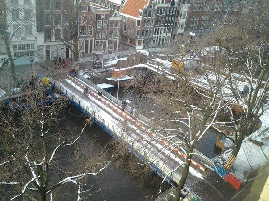 NH City Centre Amsterdam:                   Vista do quarto, para o canal Singel
