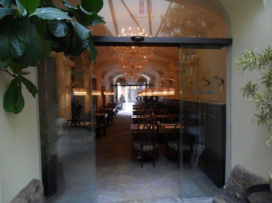 โรงแรมซาวิค:                   restaurant seen from the lobby