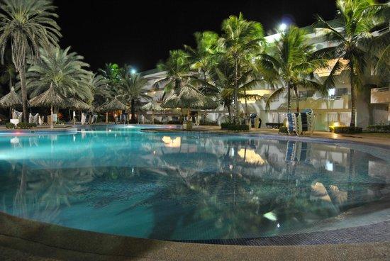 Isla Caribe Beach Hotel:                   Piscina de noche