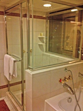 The Royal Pacific Hotel & Towers : shower