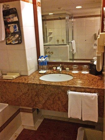 The Royal Pacific Hotel & Towers : bathroom