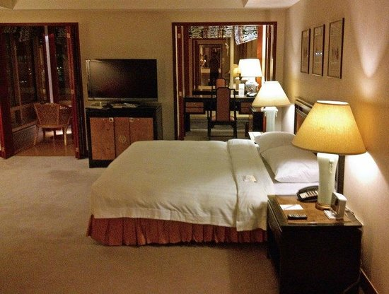 The Royal Pacific Hotel & Towers : room
