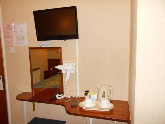 Mitre House Hotel: tv and hospitality tray