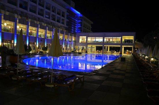 Hotel Titan Select:                   Swimmingpool at night