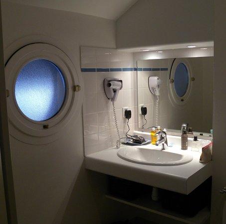 Logis Relais de Kergou: salle de bain fonctionnelle