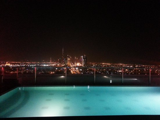 Park Regis Kris Kin Hotel: Rooftop pool with Burj Khalifa in th background