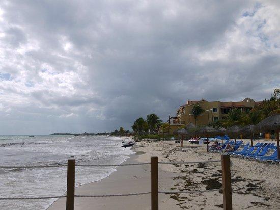 Ocean Maya Royale:                   Het te kleine strand.. word weinig tot niks aan gedaan
