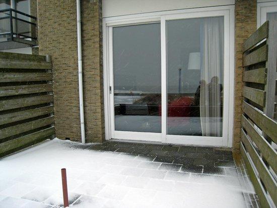 Beach Hotel de Vigilante:                   Door de schuifpui uitzicht op IJsselmeer