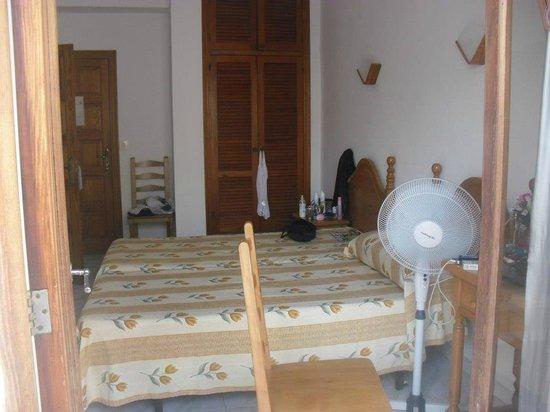 Hostal Sa Rota:                                     The room