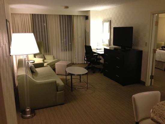 Hampton Inn & Suites Chicago - Downtown:                   living