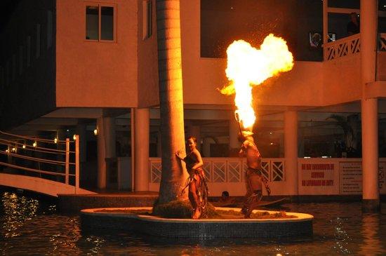 Hotel Beach House Playa Dorada:                   Вечернее огненное шоу