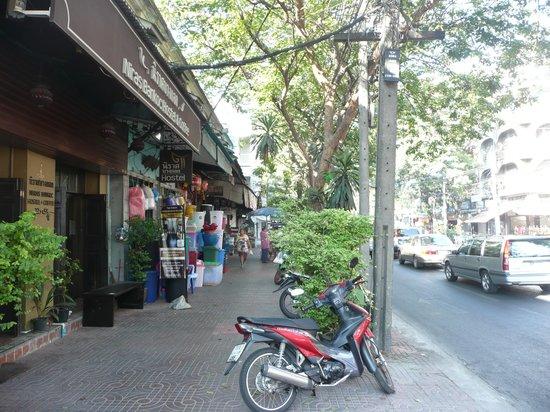 Niras Bankoc Cultural Hostel: l'ingresso dell'ostello