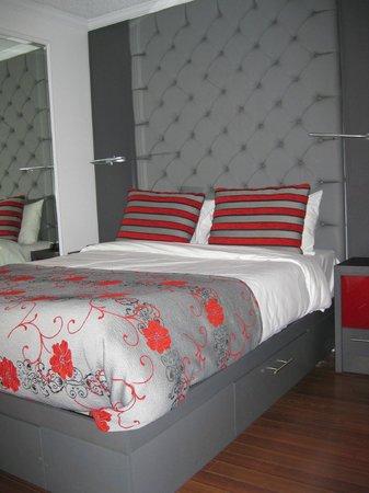 Hotel Plaza Quebec: Lit avec des tables au lumière rouge ...