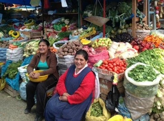 Comer con Corazon: The stalls of the farmers in the old market of Urubamba.