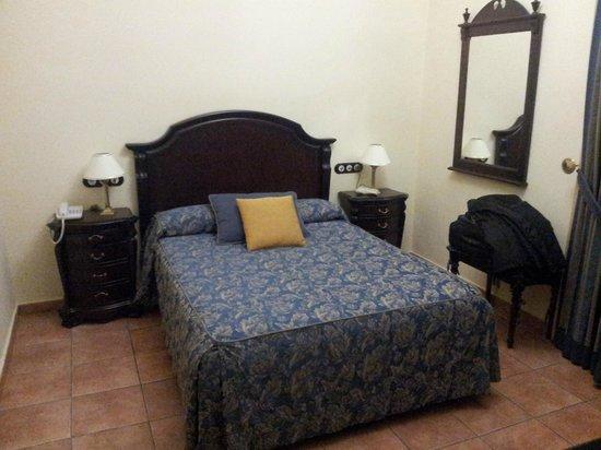 Hotel El Poeta de Ronda: la cama. A mi la decoración me parece un poco deprimente.