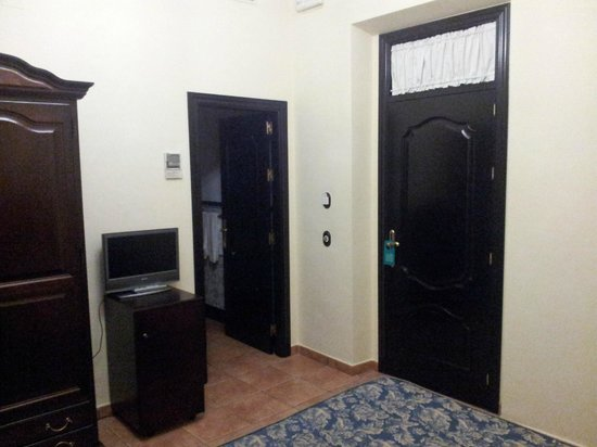 Hotel El Poeta de Ronda: la puerta de la habitación y la del baño