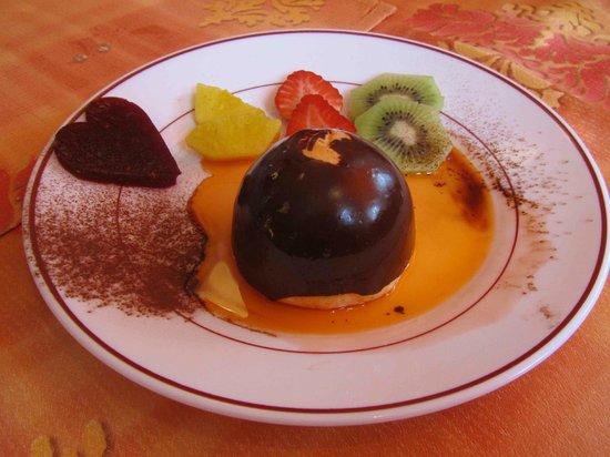 La Charrue: St-Valentin 2013 – Dessert : Dome praliné enrobé de chocolat flambé à table