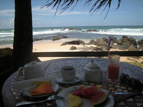 Sri Gemunu Beach Resort:                   Colazione del mattino in giardino