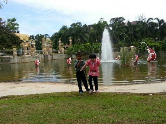 Thousand Flower Garden (Taman Seribu Bunga): fountains and koi pond