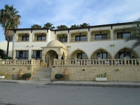Bellapais Monastery Village:                   ingang hotel