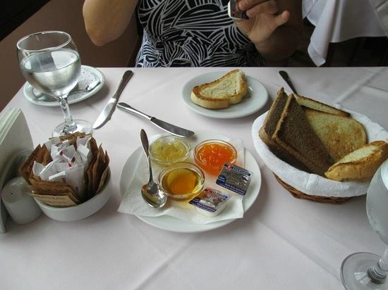 Bellapais Monastery Village:                   begin van het ontbijt