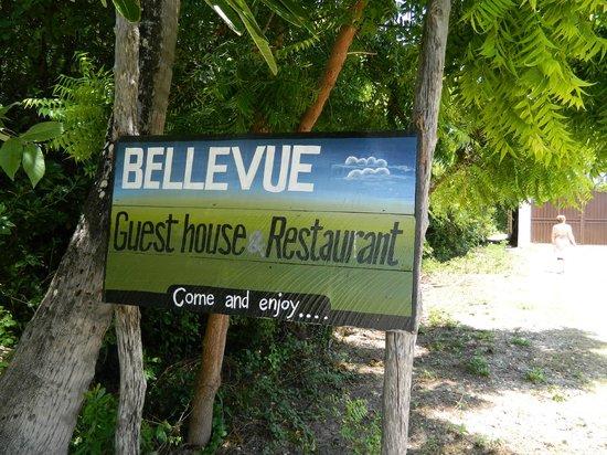Bellevue Guesthouse:                   Onder aan de ingang via het strand