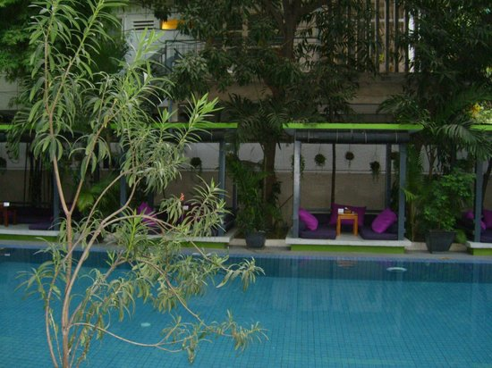 the 252: espace détente au bord de la piscine