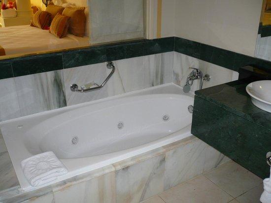 Luxury Bahia Principe Bouganville Don Pablo Collection :                                                                                           bain à
