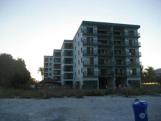 Cameron Cove: Blick vom Strand auf die Anlage