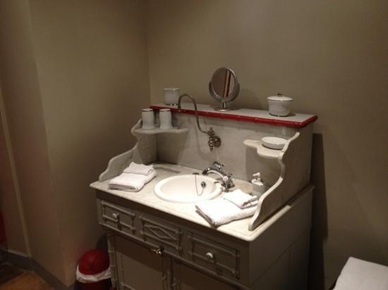 Chateau de Seguenville:                                     meuble salle de bain