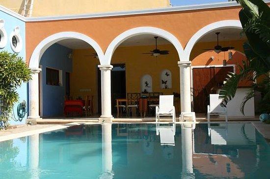 Hotel Merida Santiago: Innenhof mit Pool und Frühstücksbereich