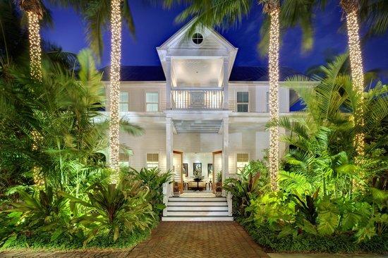 Parrot Key Hotel and Resort : Parrot Key Resort reception area at night