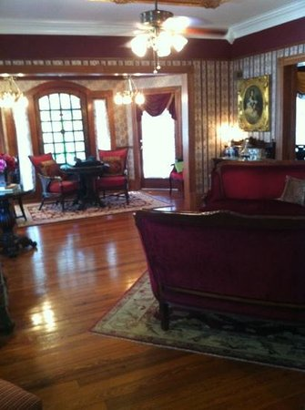 The Cedar House Inn: The cozy parlor