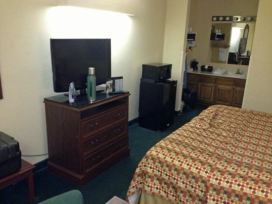 Baymont Inn & Suites Albany at Albany Mall:                   Room Overview 1