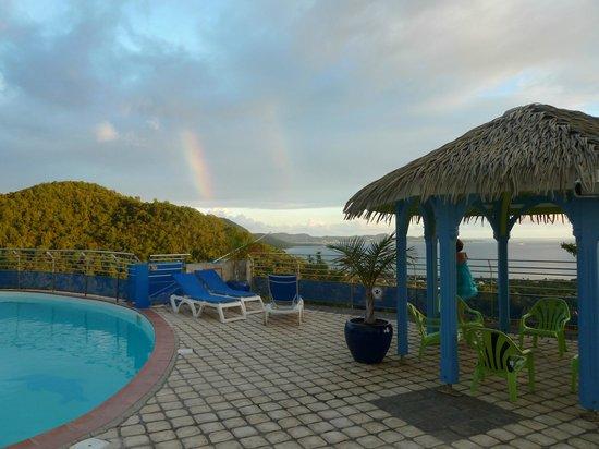 Residence Ilot Bleu:                   Piscine et arc en ciel                 
