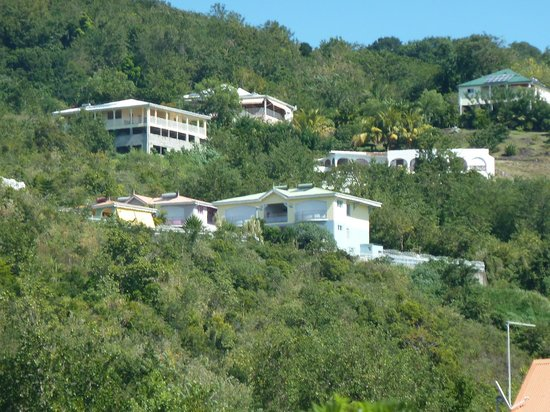 Residence Ilot Bleu:                   La résidence vue de la route côtière