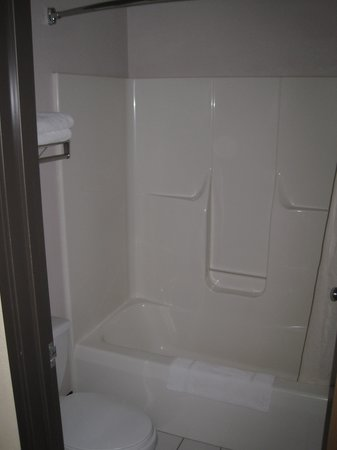 Quality Inn: Shower/tub & toilet are separate from sink area