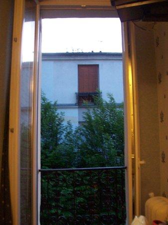 Caulaincourt Square Hostel: ventana habitacion