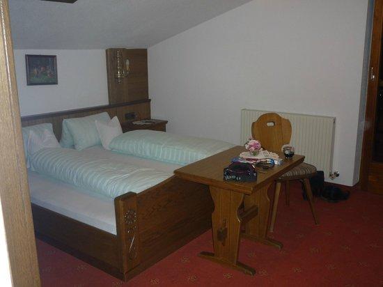 Berghotel Rasis:                   Slaapkamer met tweepersoonsbed