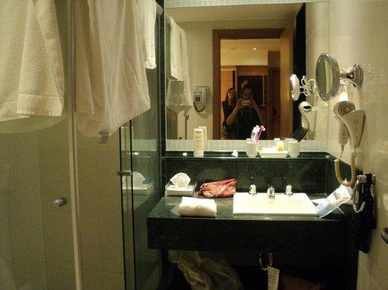 Arena Copacabana Hotel: baño de la habitación