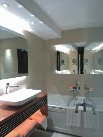 Park Plaza Westminster Bridge London:                   Hotel bathroom