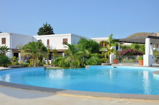 Residence Hotel La Giara:                   l'hôtel vue de la piscine.