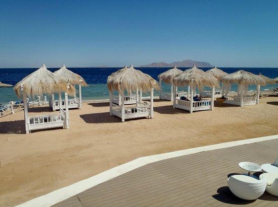 Sunrise Grand Select Arabian Beach Resort:                   beautiful cabanas