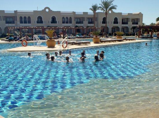 Sunrise Grand Select Arabian Beach Resort:                   Fitness in the pool