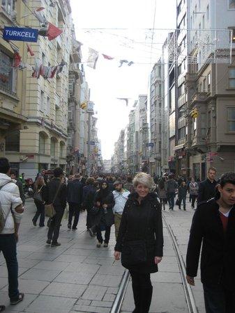 สตอรี่ส์ อพาร์ท คาราโคล:                   Istiklal street