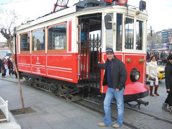 สตอรี่ส์ อพาร์ท คาราโคล:                   Tram