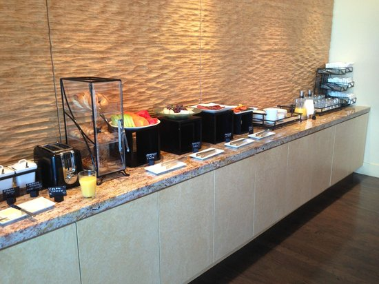 Kimpton EPIC Hotel: Breakfast offerings in Club lounge.