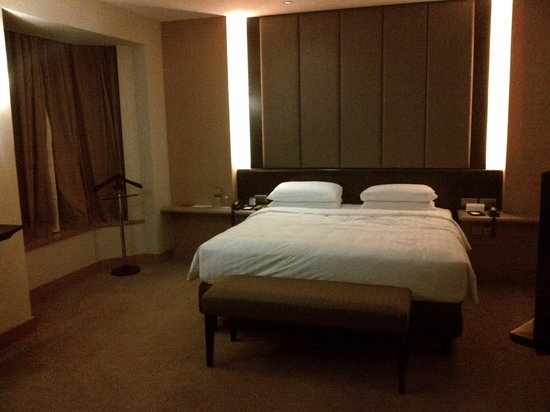 Grand Hyatt Jakarta:                   Dark bedroom, uncomfortable bed
