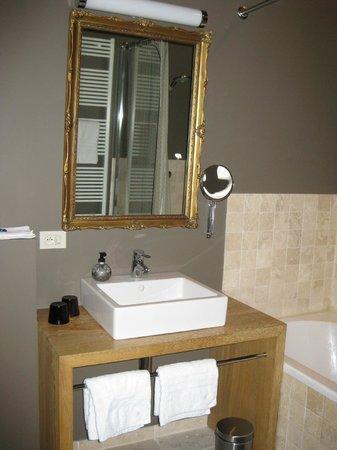Charming Brugge:                   Deel van de badkamer