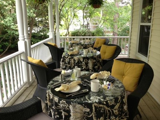 Two Bees Bed & Breakfast: Breakfast on wrap around Porch /Summer